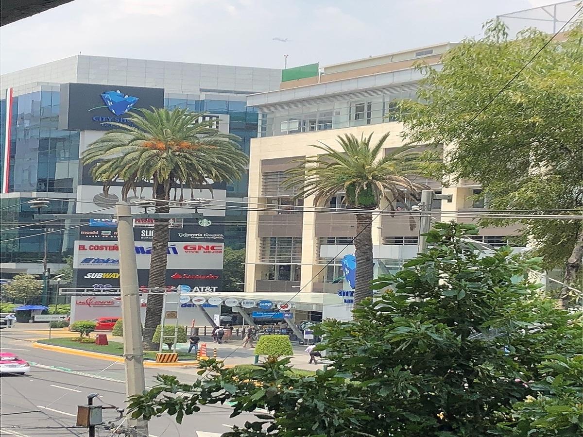 21 de 26: centro comercial cruzando la avenida