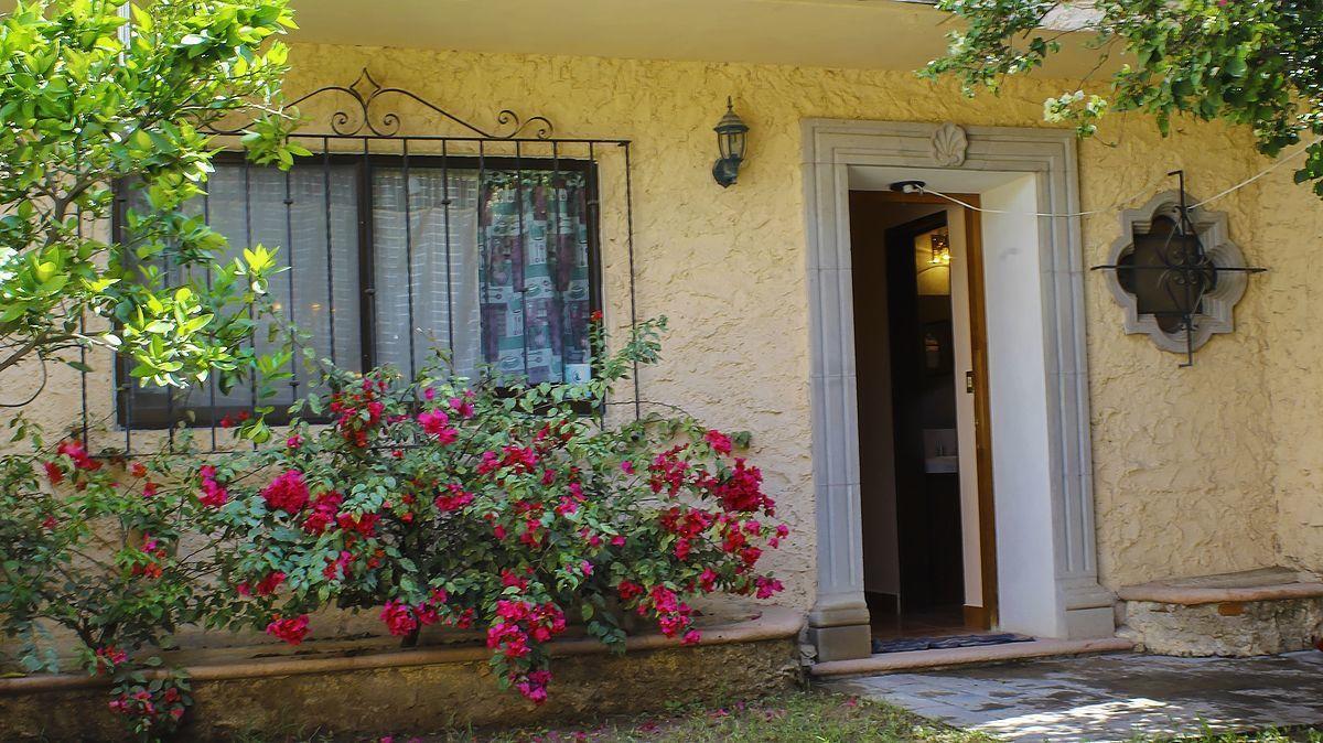 2 of 11: Entrada a la casa y jardín