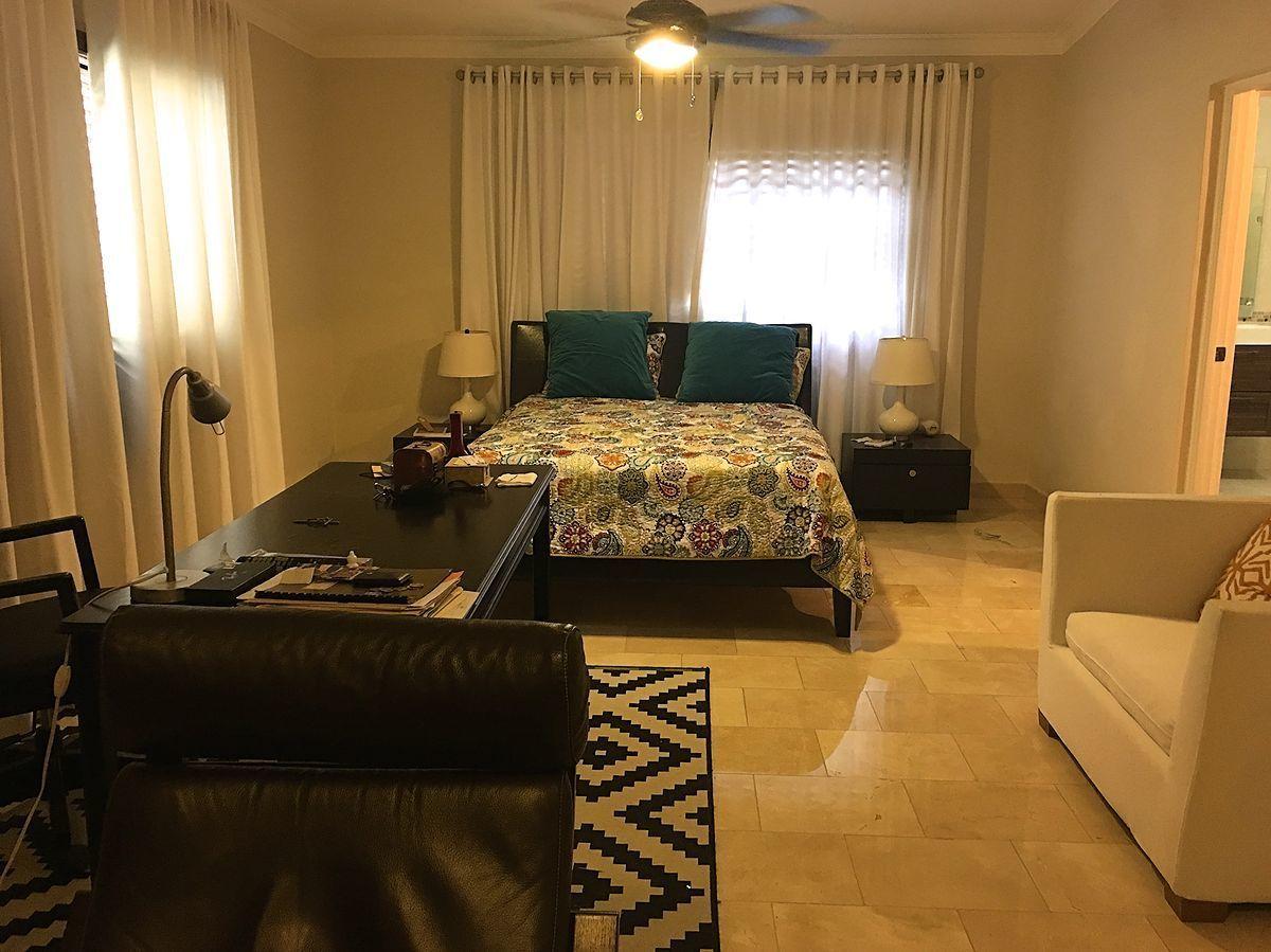 16 de 42: Habitación principal con cama king y estudio.