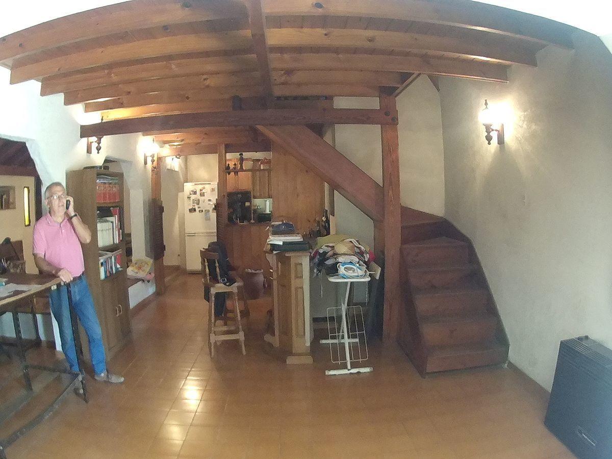 6 de 27: Escalera de madera a 1º Nivel.