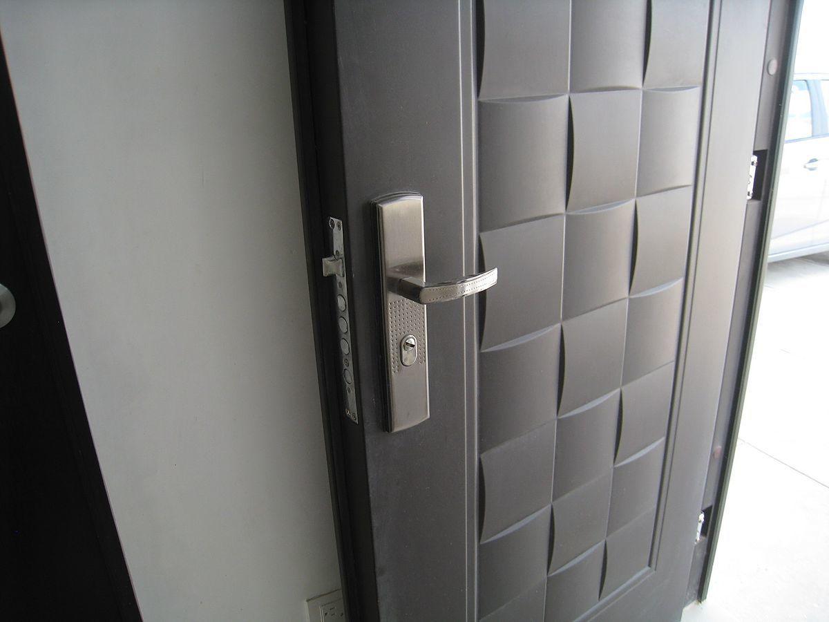 20 de 23: Puerta de seguridad a la entrada