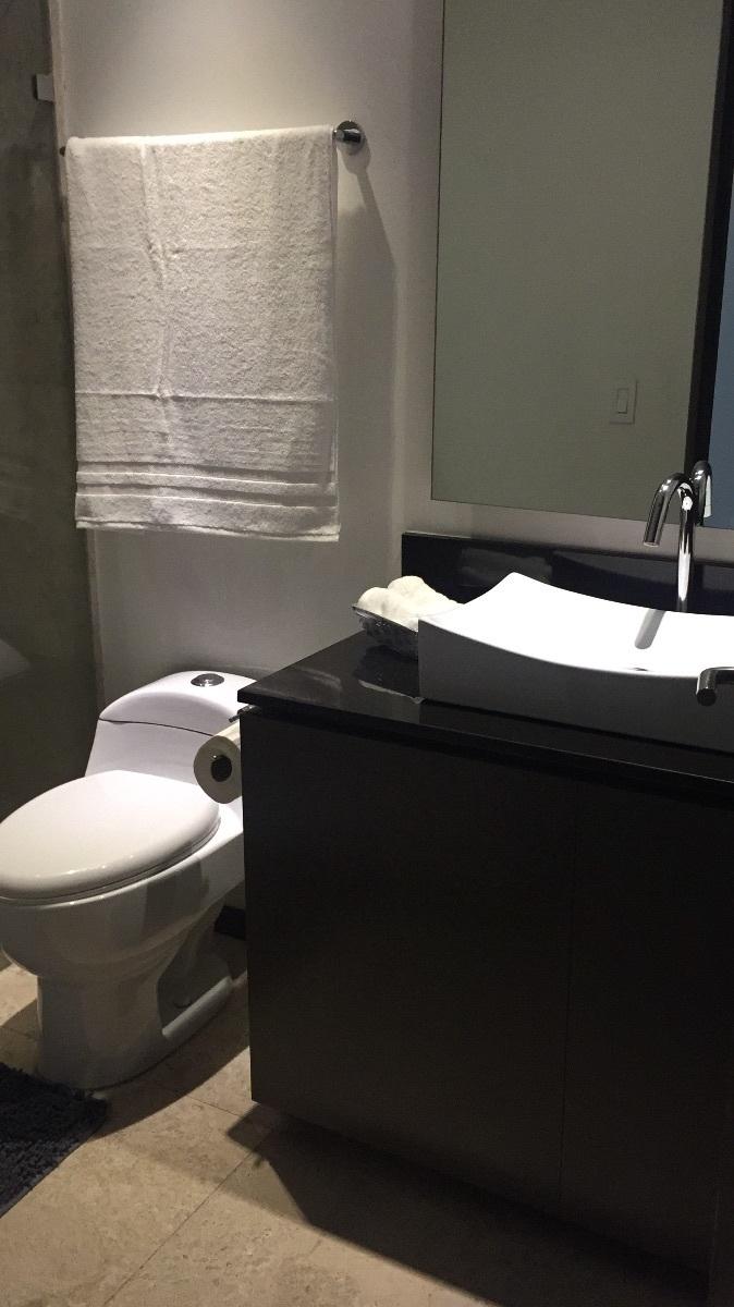 11 de 48: Baño con finos accesorios