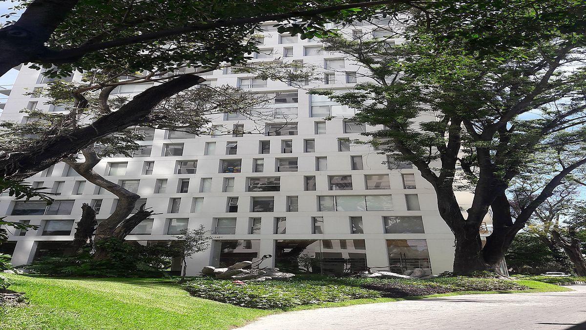 35 de 48: Edificio rodeado de jardìnes