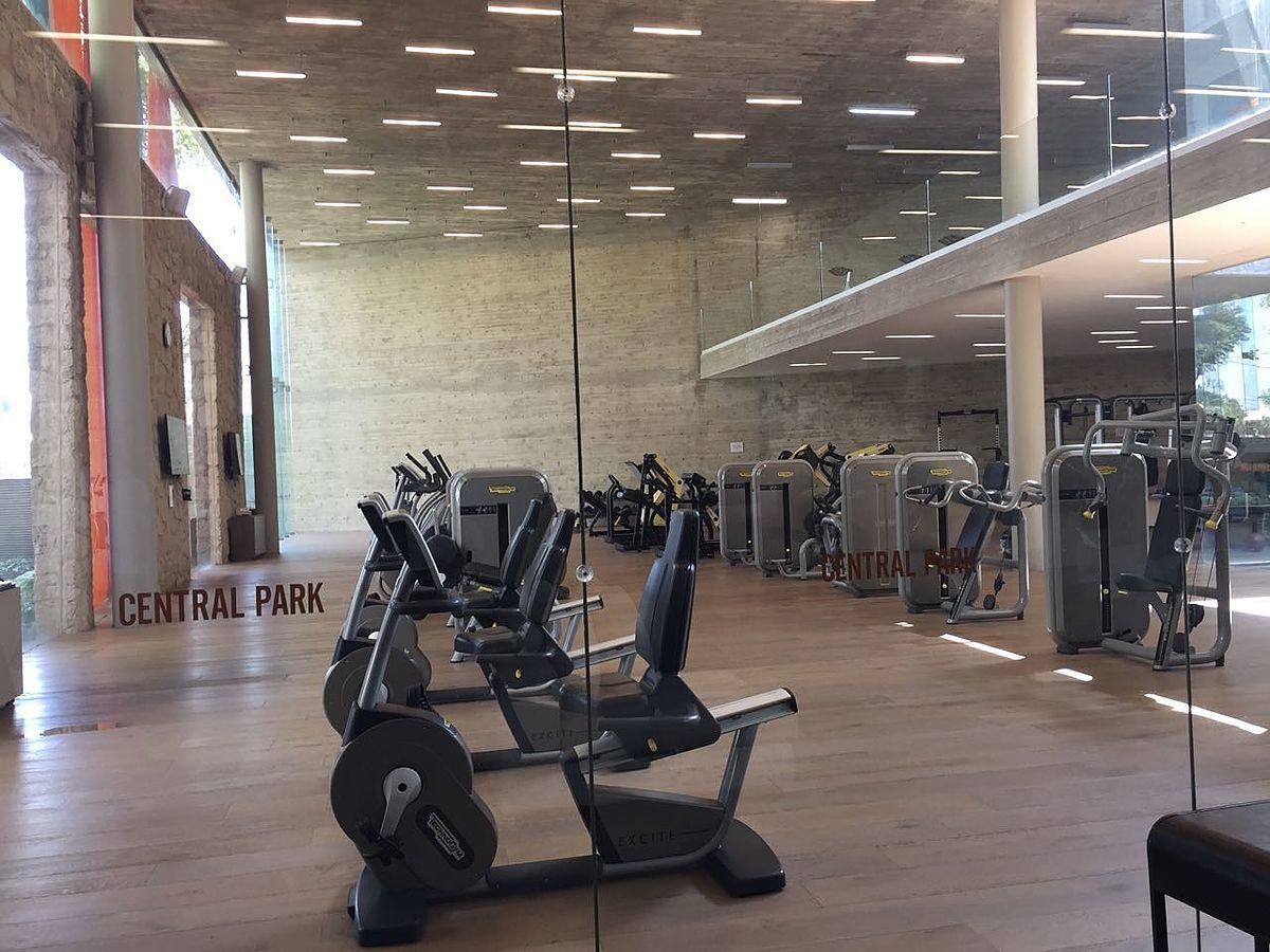 38 de 48: gimnasio en edificio Central park de dos niveles