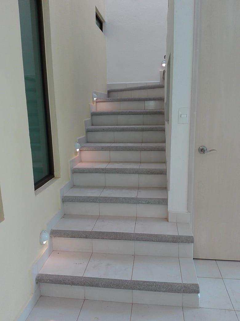10 de 21: escaleras iluminadas