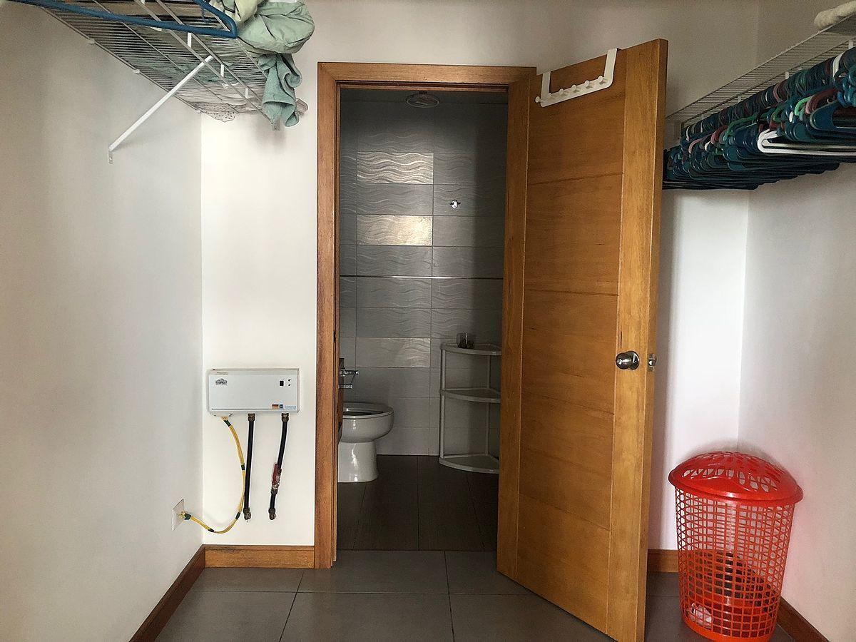 7 de 11: Walkin closet y baño de la habitacion principal.