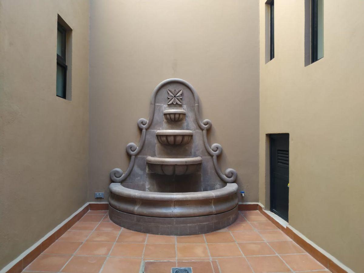 21 of 23: Patio interior con fuente de cantera