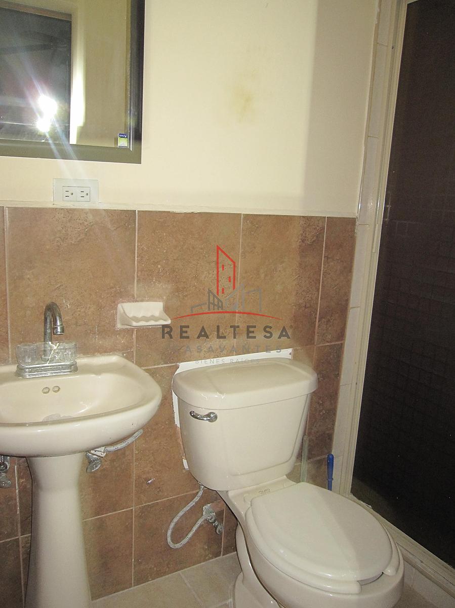 11 de 15: Baño con  espejo
