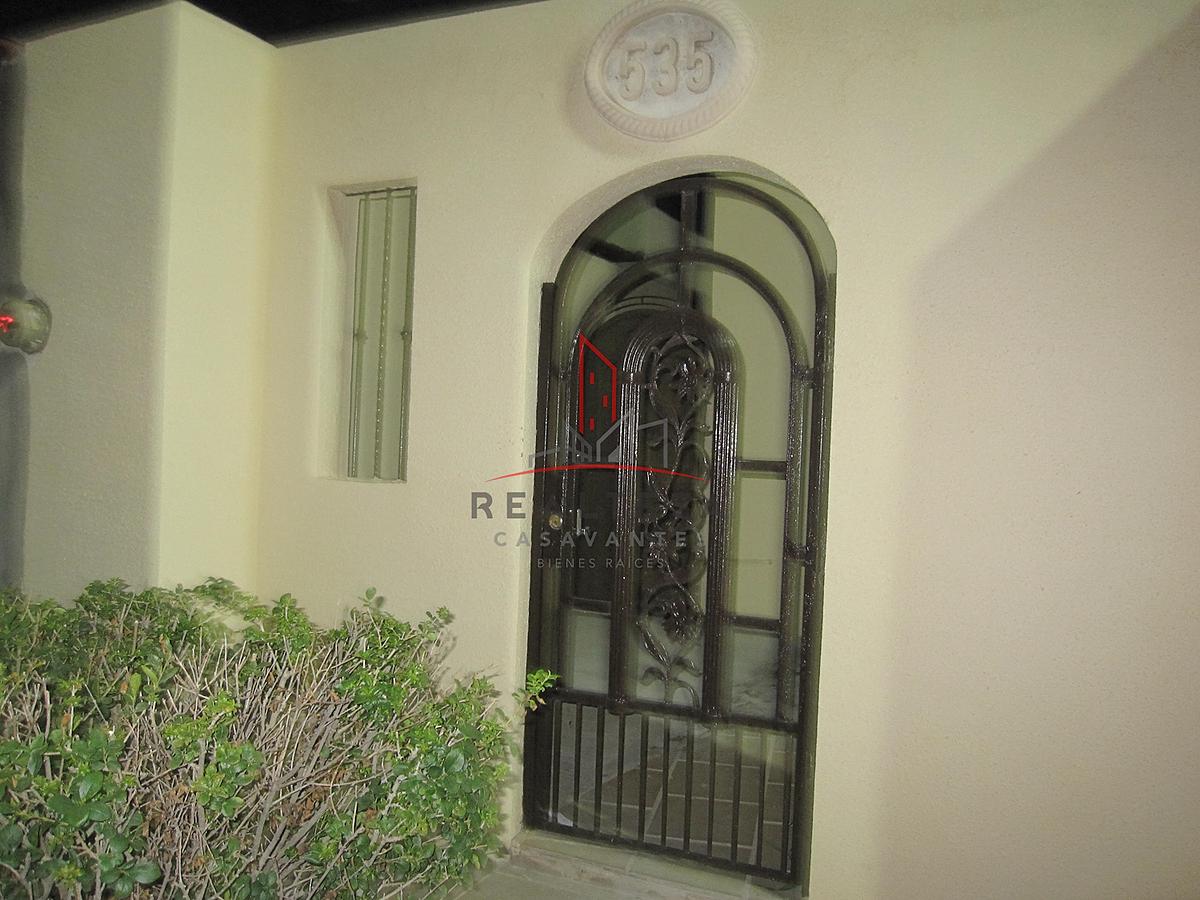 2 de 15: Puerta de entrada del exterior.