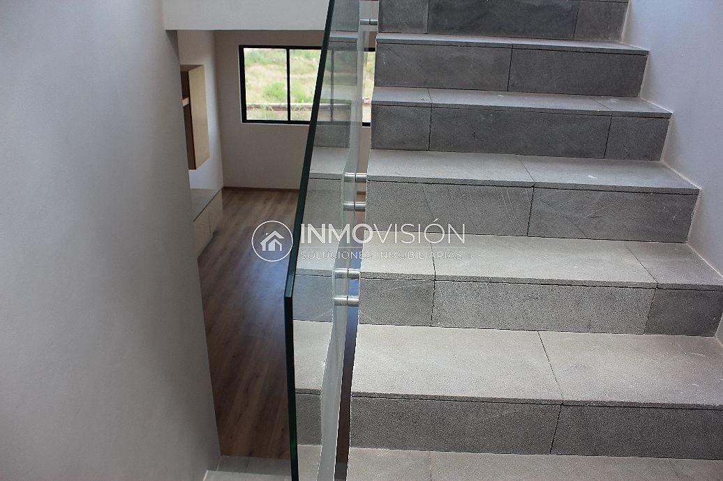 19 de 47: Escaleras en piedra natural a segundo nivel