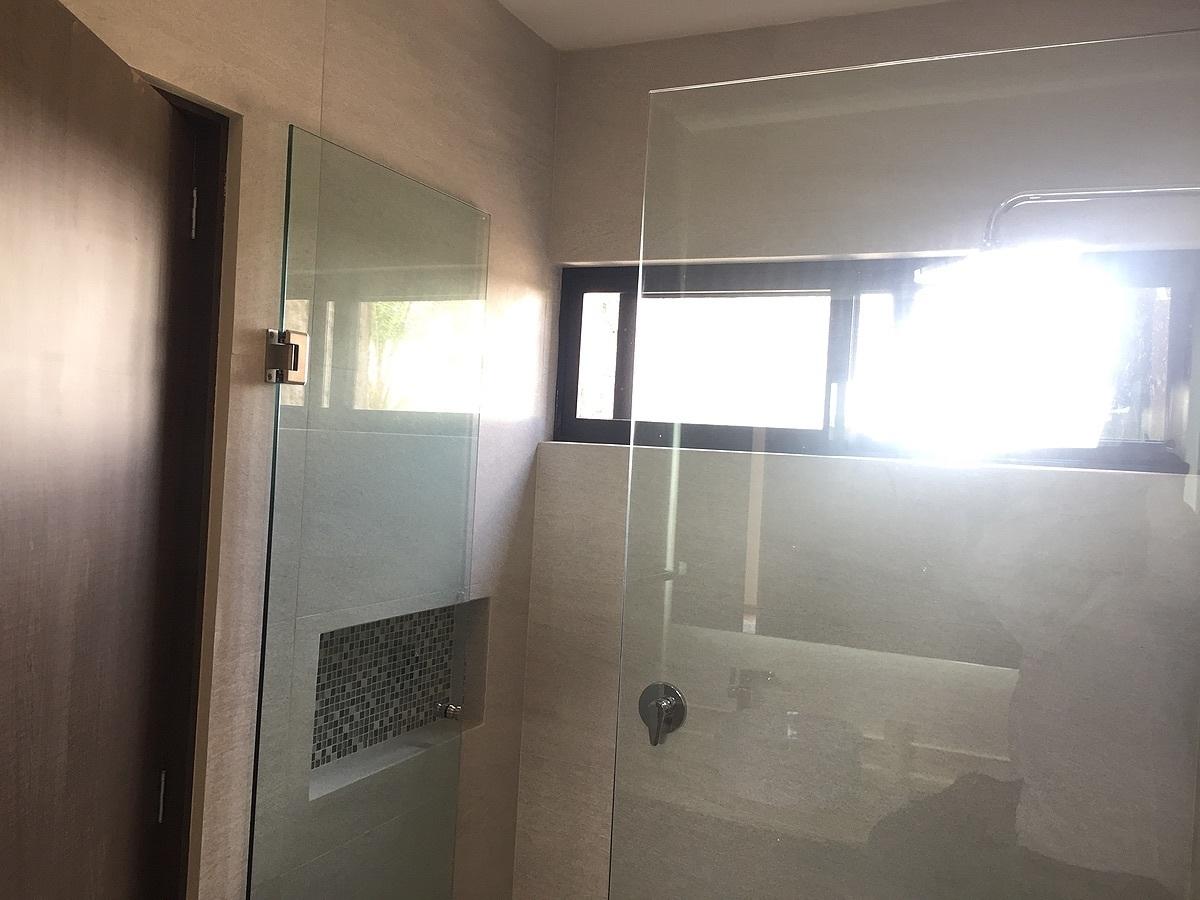 17 de 24: Departamento muestra área regadera con nicho para Shampoo