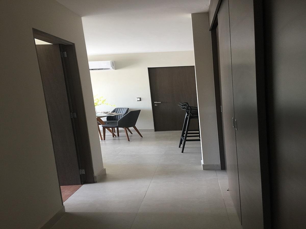 14 de 24: Departamento muestra pasillo