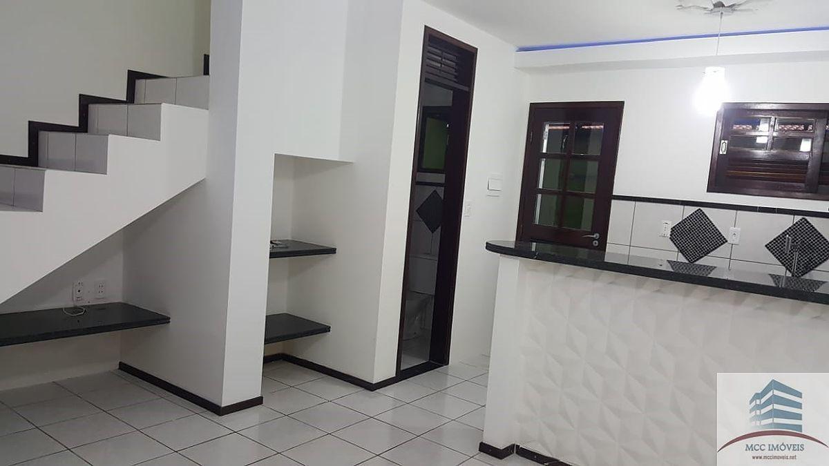 4 de 13: Sala ampla,cozinha e banheiro, escada de acesso aos quartos
