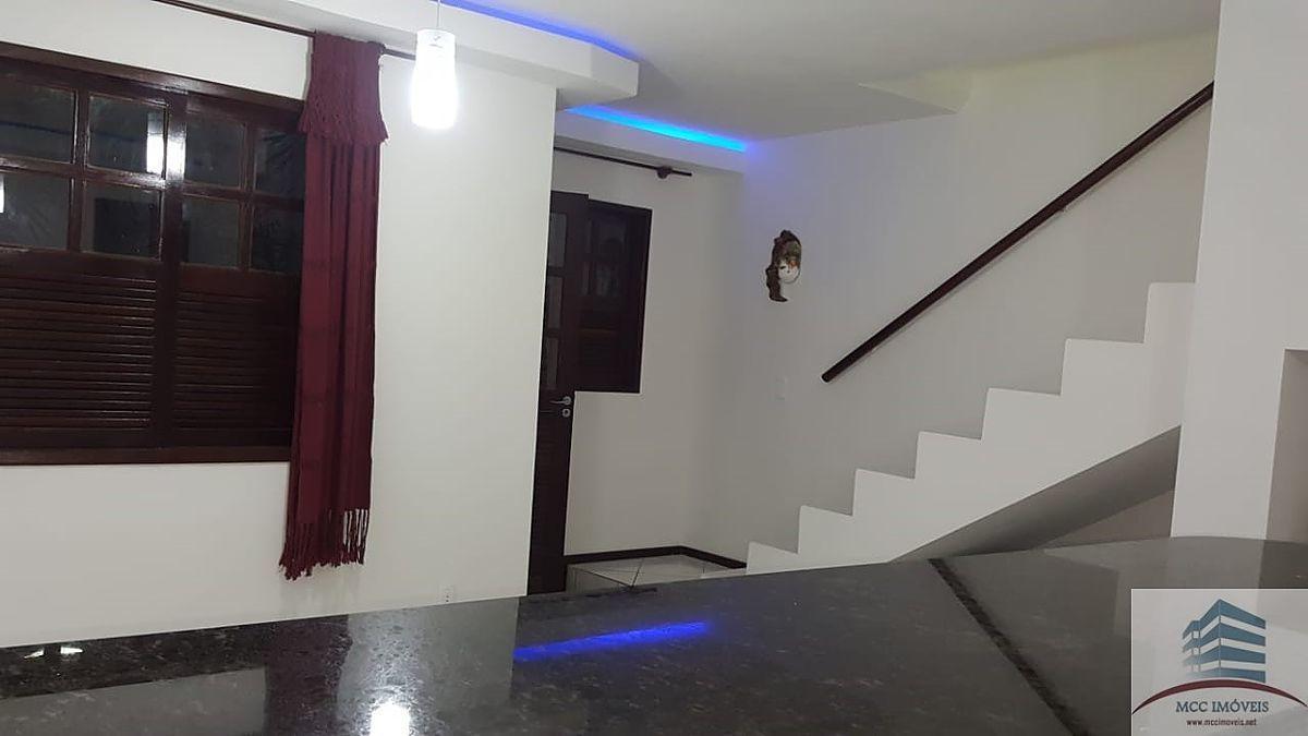 9 de 13: Vista da cozinha para a sala e escada de acesso aos quartos
