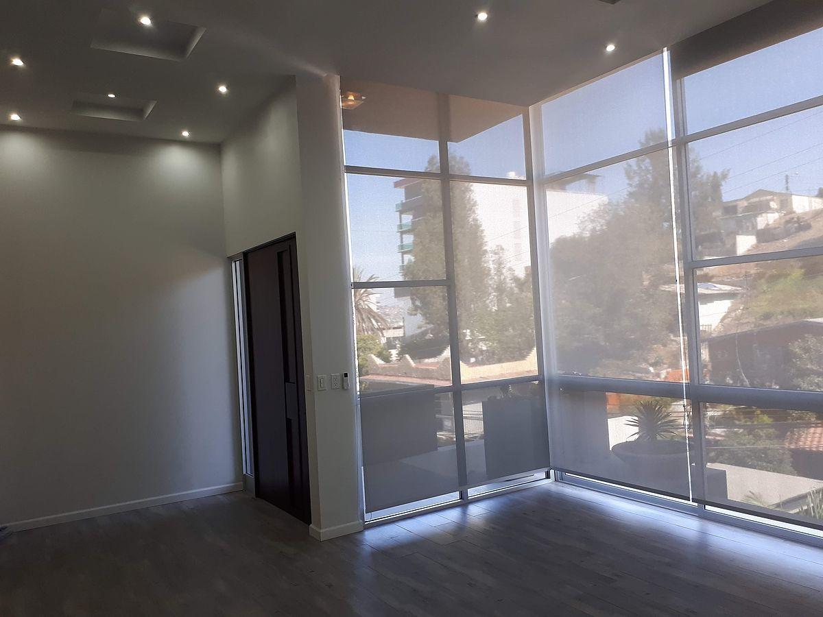 5 de 31: Amplia iluminacion en sala principal.