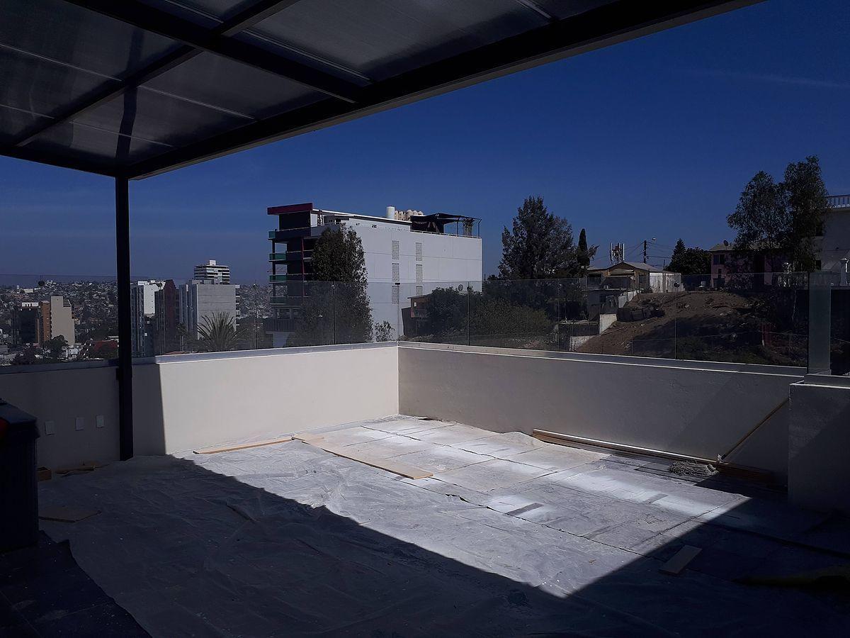 15 de 31: Moderna terraza en enorme cuarto de TV.
