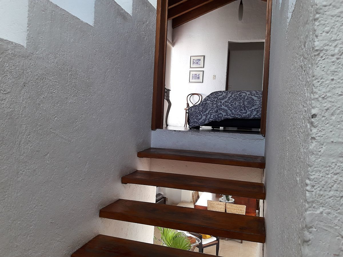 16 de 36: Escalera a recámara principal