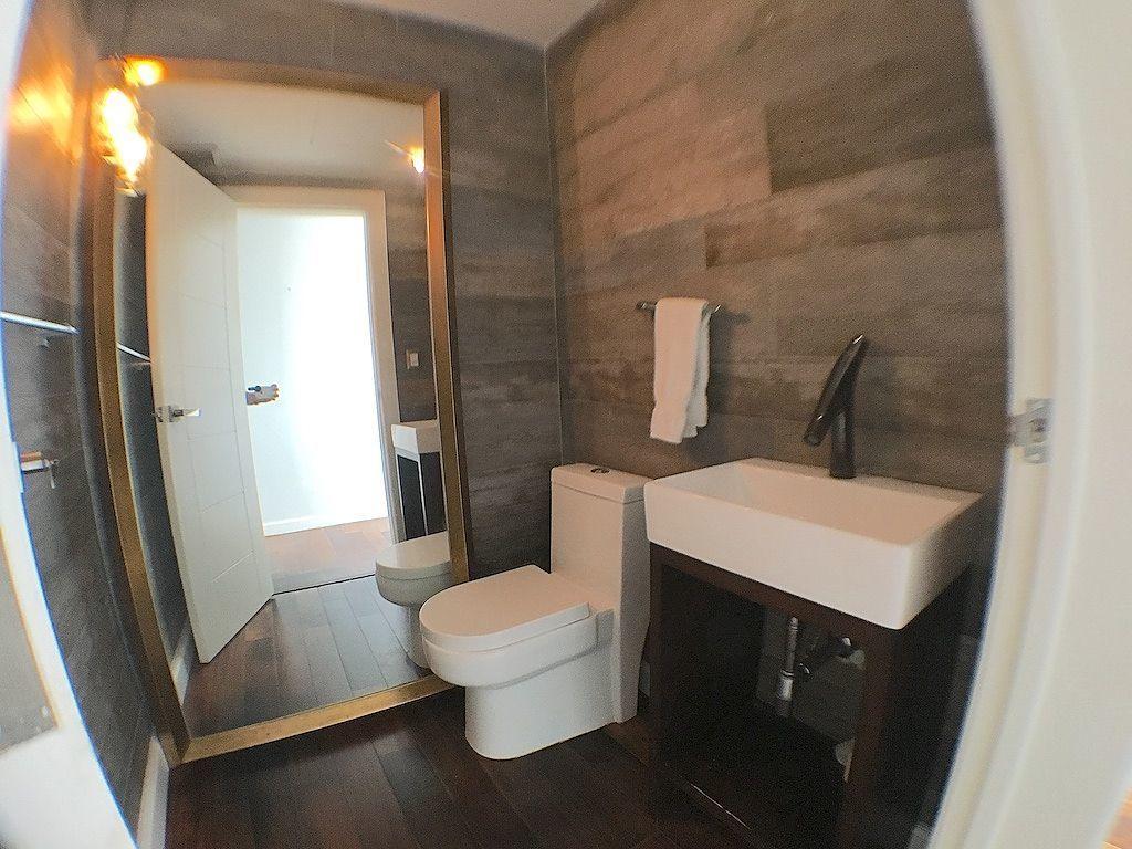8 de 17: Cómodos y modernos baños