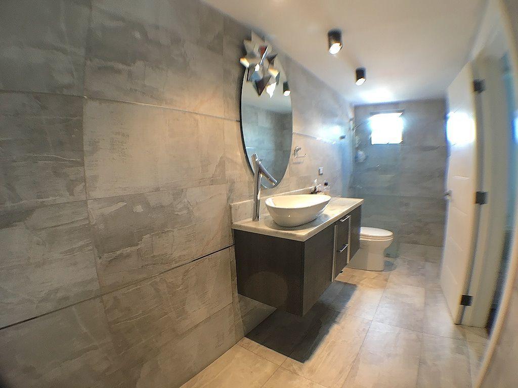 14 de 17: Amplio baño habitación principal con ventilación