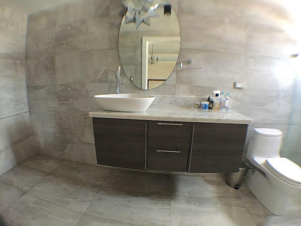 12 de 17: Revestimientos con materiales de primera en baño