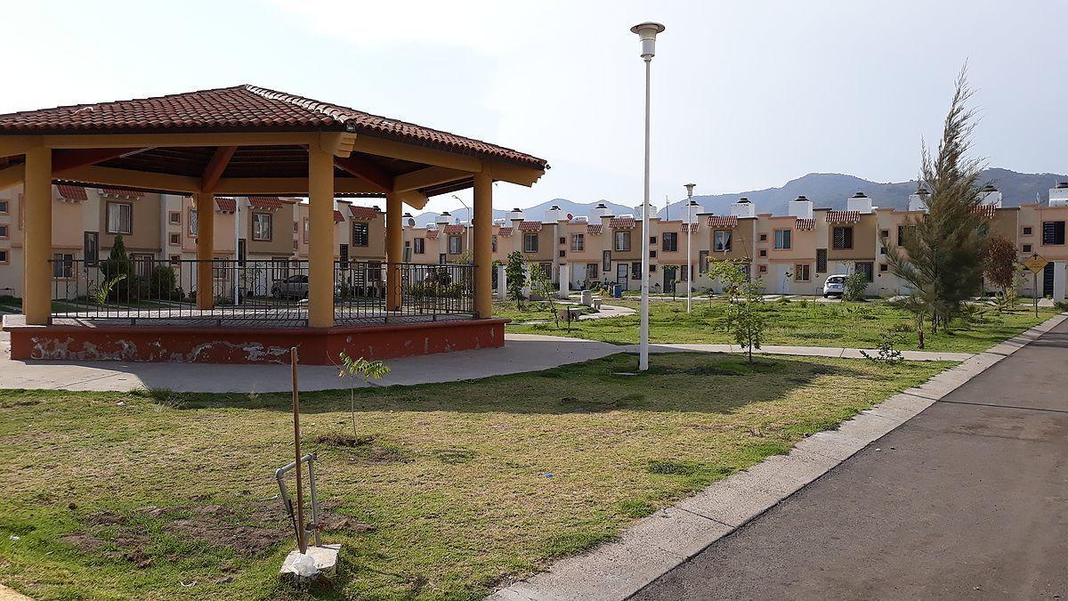 2 de 11: Parque frente a la casa con Kiosco