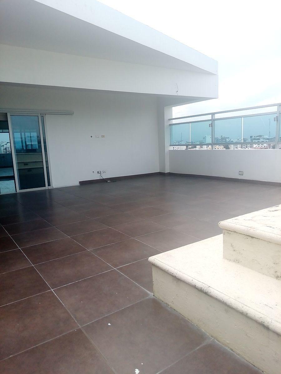 21 de 24: Tercer nivel: terraza destechada con jacuzzi