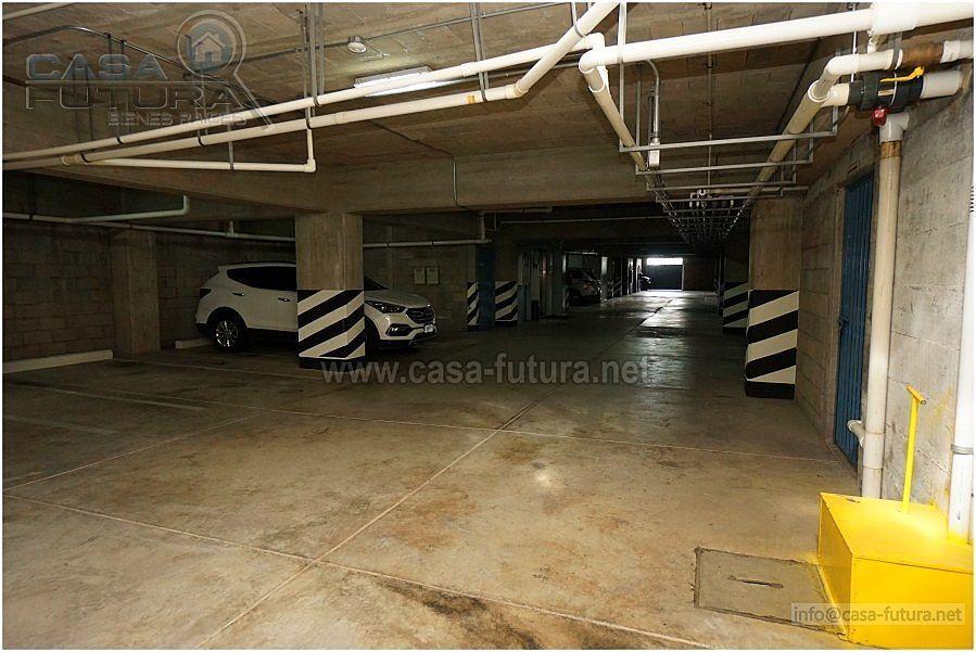 27 de 28: Estacionamiento techado