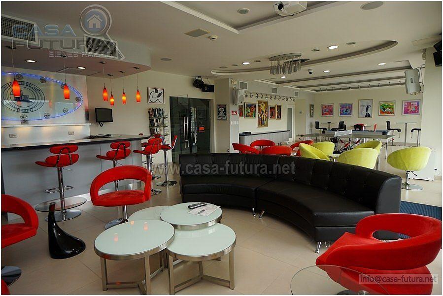 14 de 28: Salon social con bar, mesas de billar, ping pong