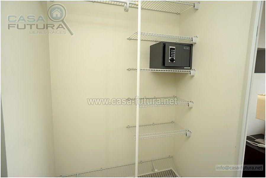 24 de 28: Caja fuerte en closet de  habitacion principal