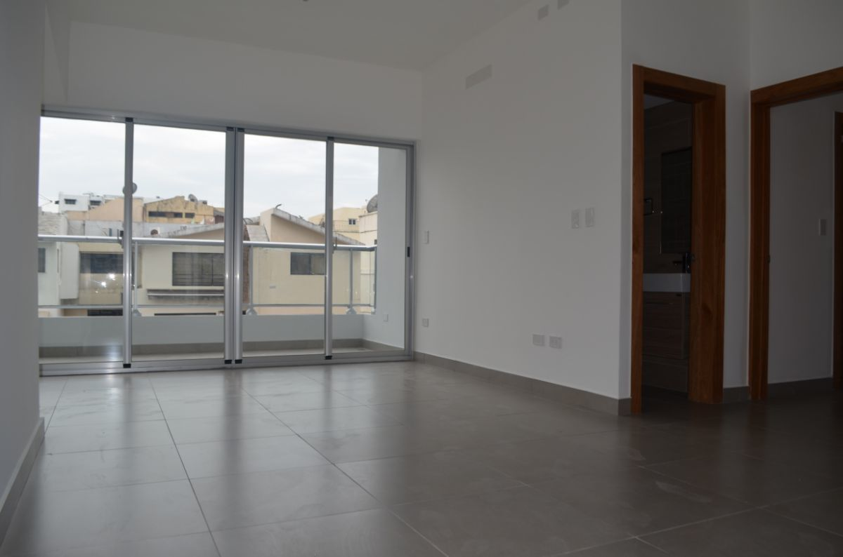 1 of 18: Sala y balcón