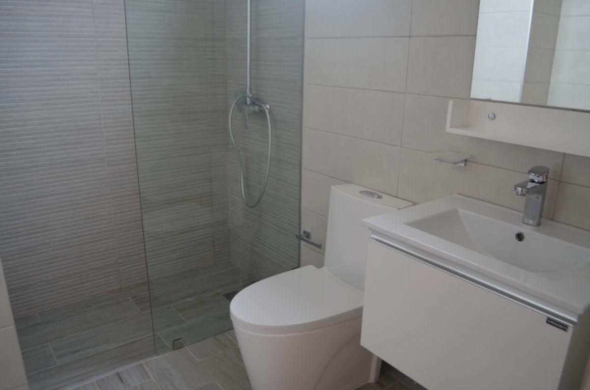 3 of 18: Bañode la habitación