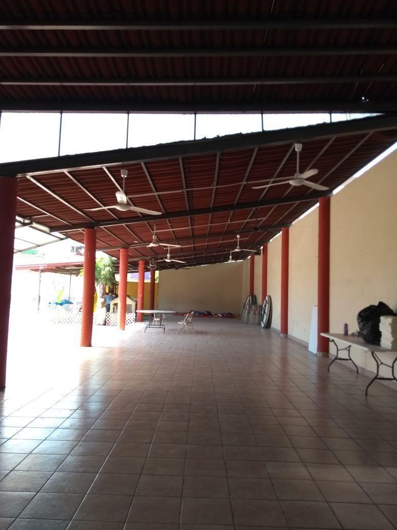 9 de 11: Salon con techo de extructura muy amplio