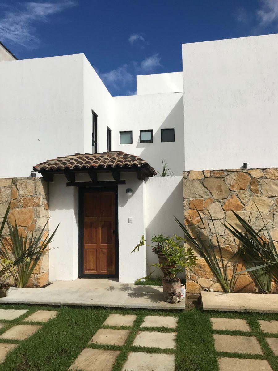 1 de 4: Muros de piedra y acceso con cubierta de teja tradicional