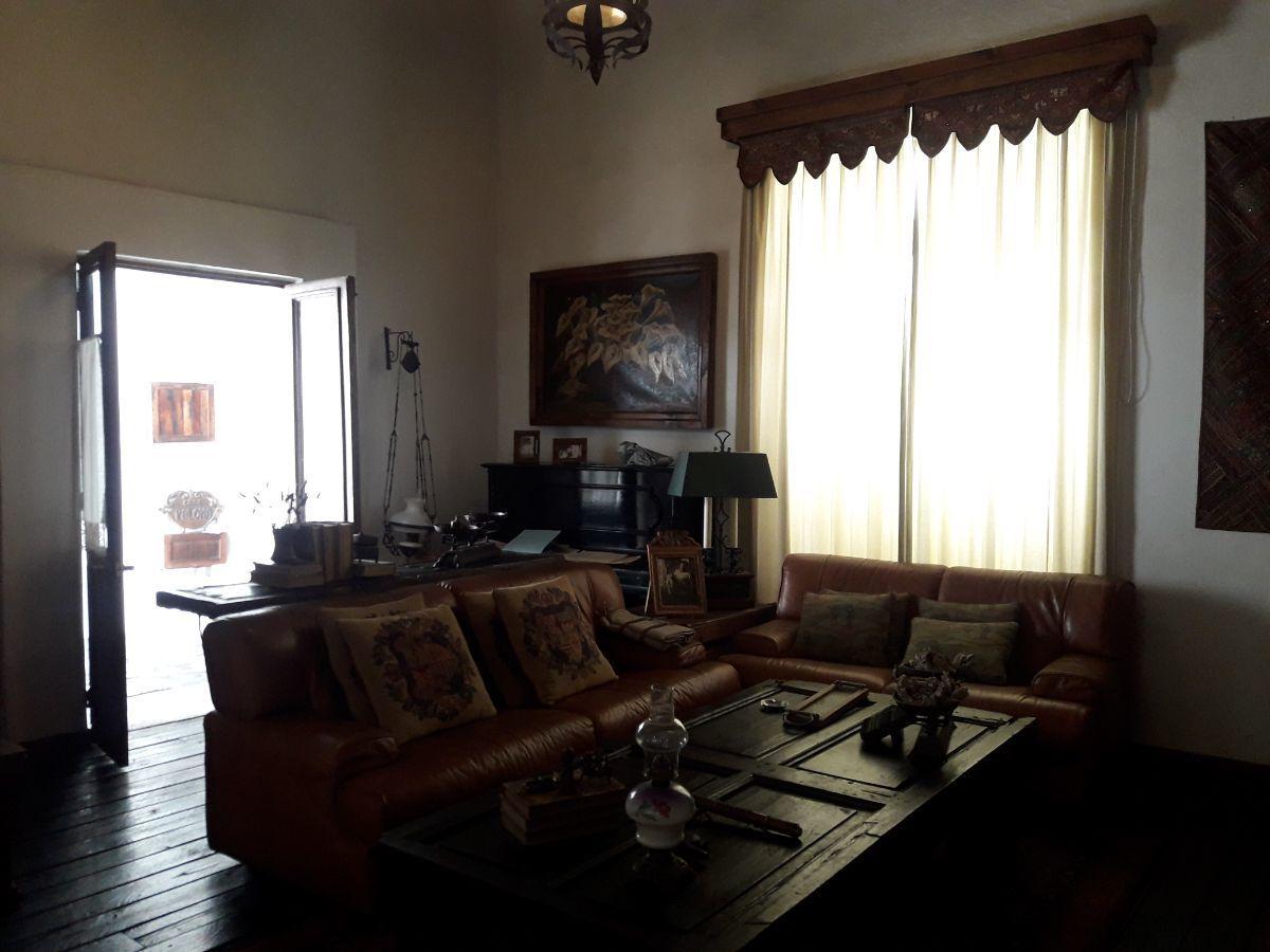 7 de 48: Vista entrada de salón con piso de durmientes