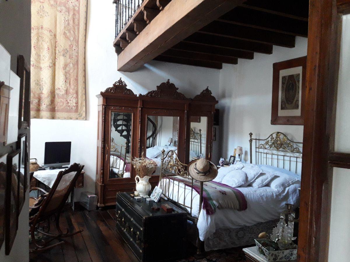 23 de 48: Suite 1  con piso de durmientes de madera y techo de  vigas