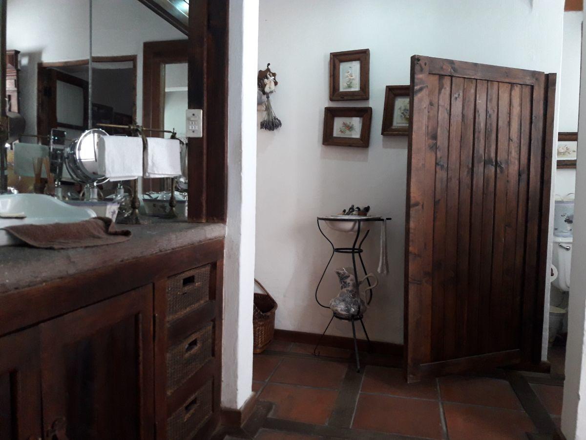 27 de 48: Vista baño suite 1 con piso combinado