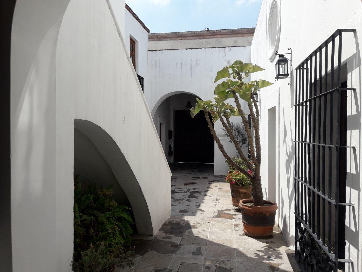 34 de 48: Pasillo de patio central a patio posterior