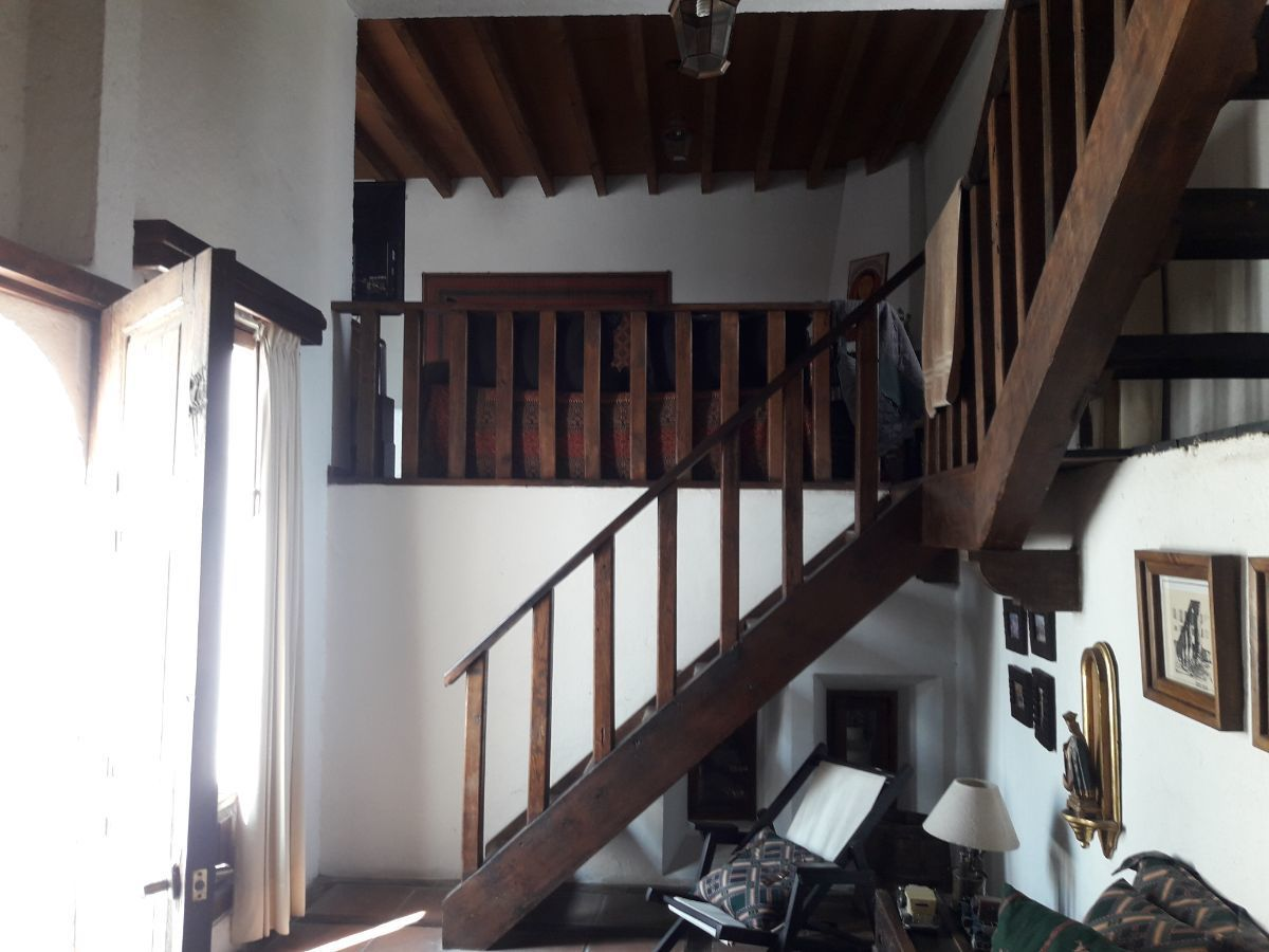 37 de 48: Vista tapanco suite 2 con barandal de madera