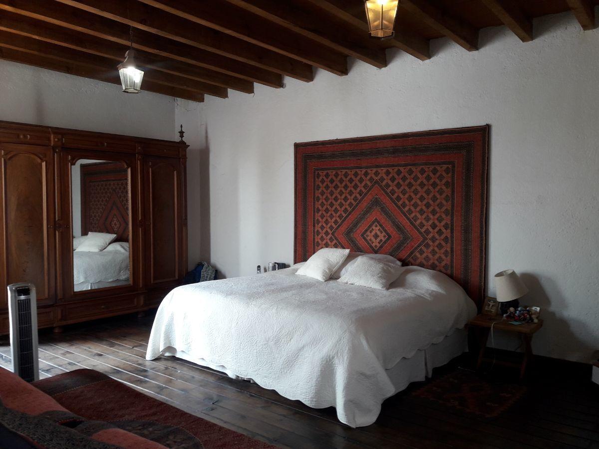 39 de 48: Suite 2 con piso de durmientes y techo con vigas