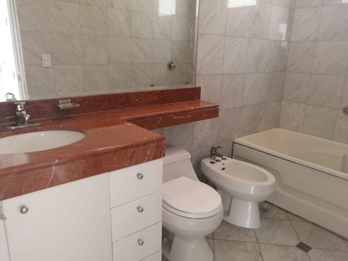 19 de 24: Baño de uno de los dormitorios secundarios