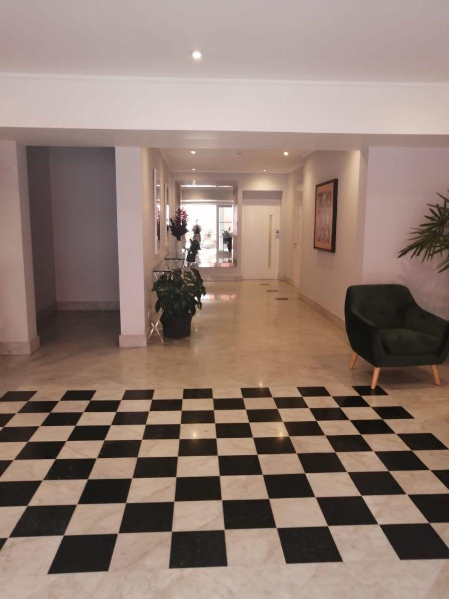 16 de 24: Lobby del edificio revestido en mármol, sello Mario Lara