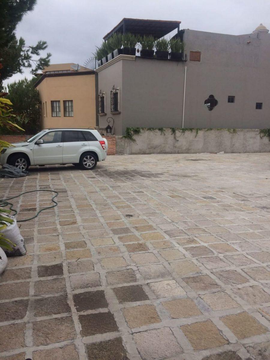 4 of 6: Amplio estacionamiento