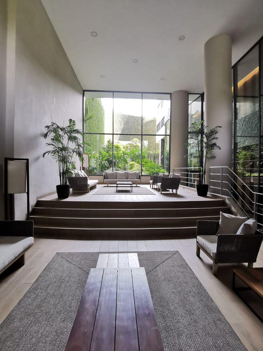 23 de 33: Gran sala de estar con lindo paisajismo A Común