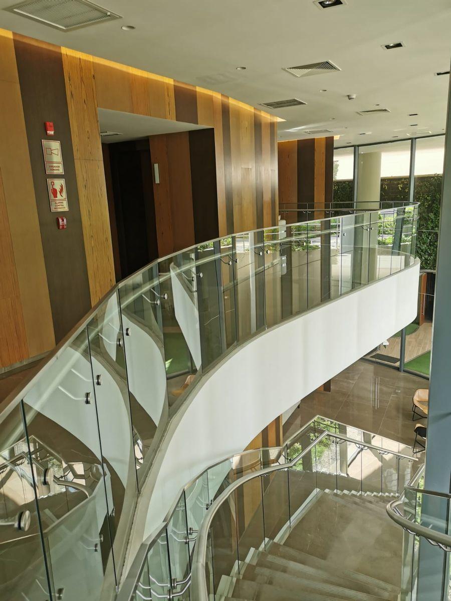 15 de 33: Vista al ingresar a zona ascensores