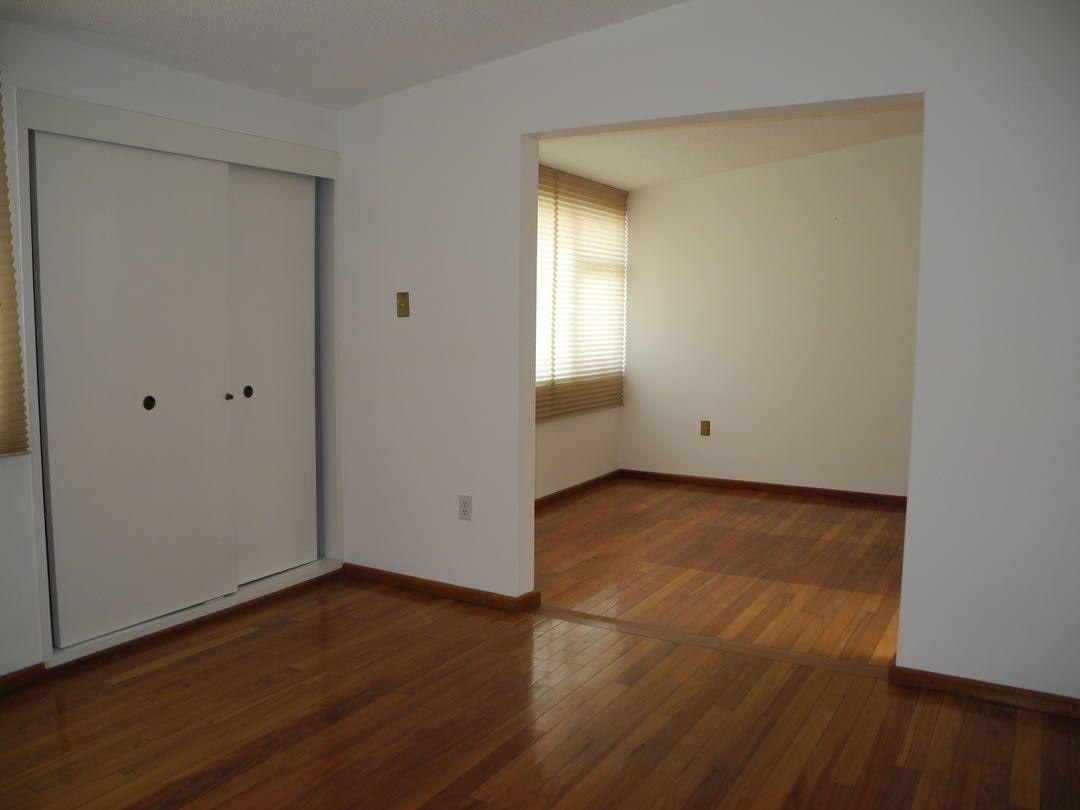 14 de 16: Recámara principal con gran vestíbulo y closet adicional