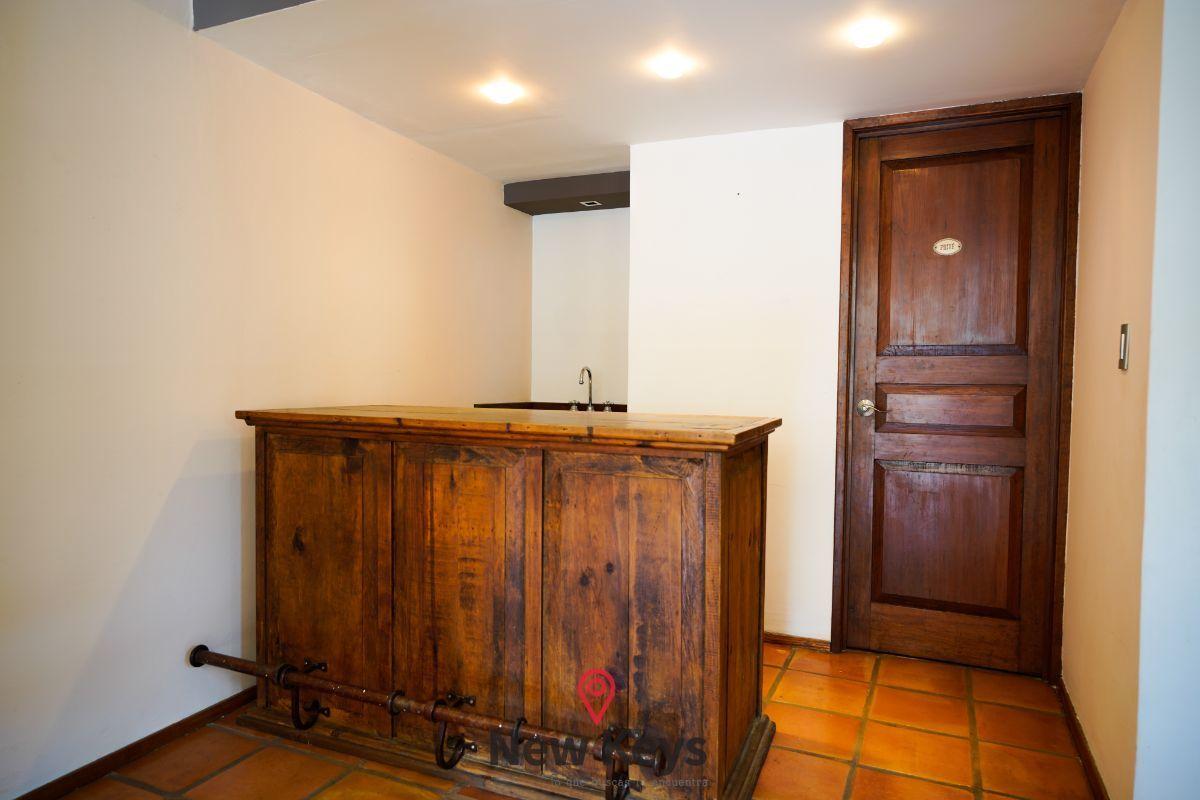 9 de 46: Bar y puerta de acceso a medio baño