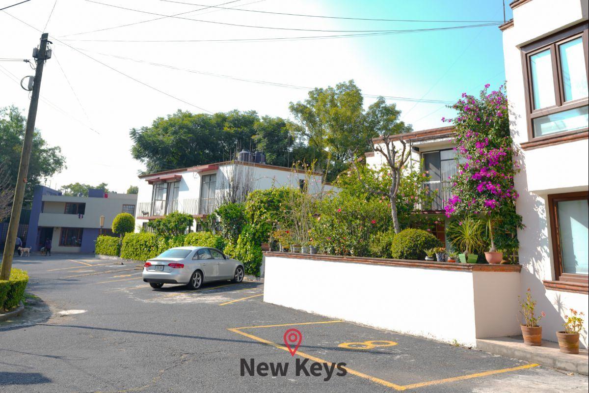45 de 46: 3 Estacionamientos  (frente y lateral a la casa)