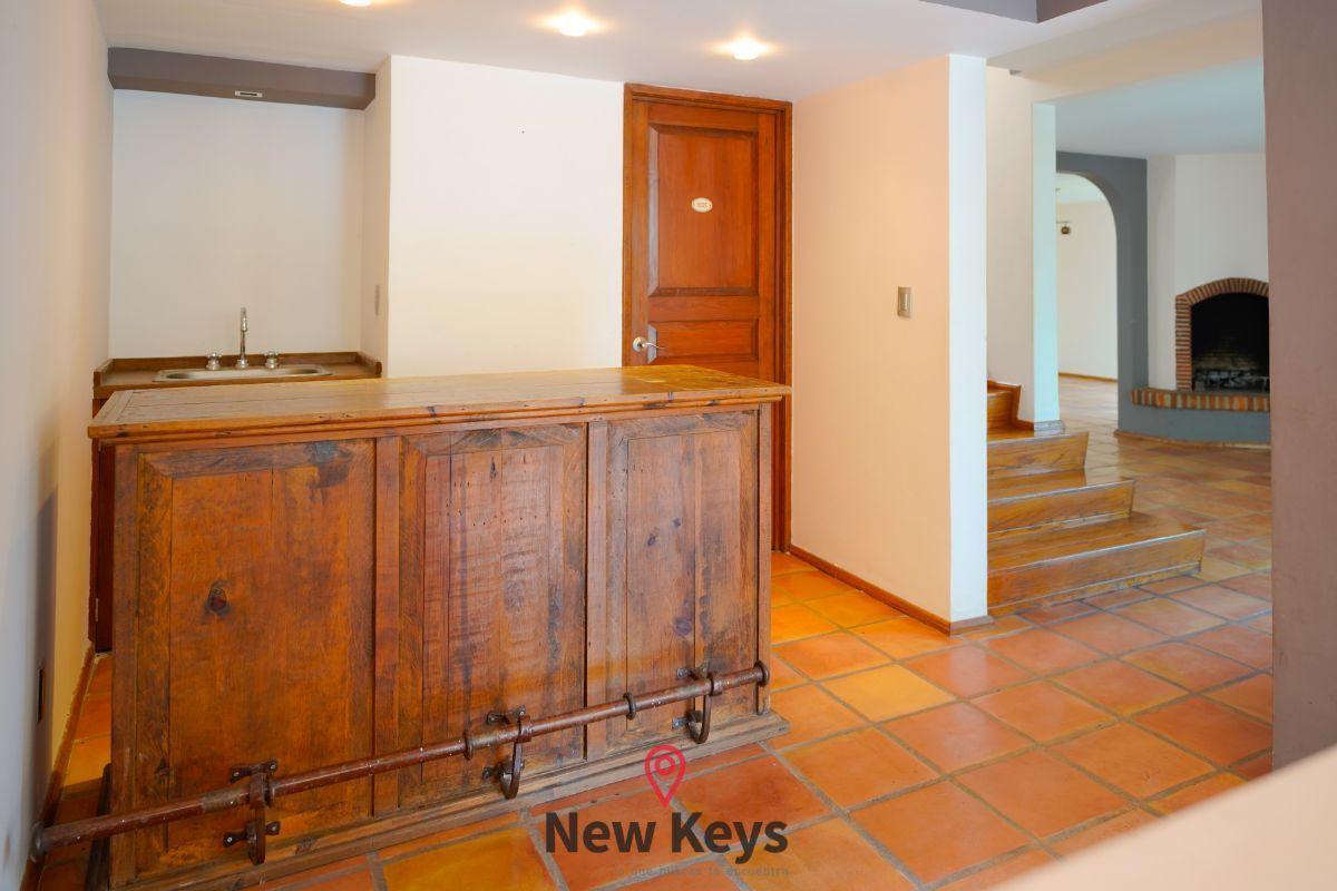 10 de 46: Bar y puerta de acceso a medio baño