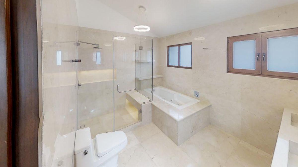7 de 27: Baño con acabados de mármol