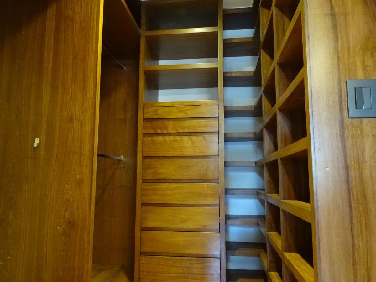 17 de 27: Closets de madera natural